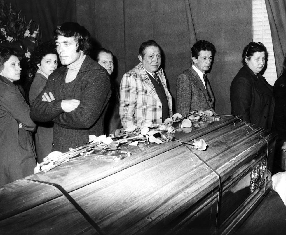 Funerali_di_Pier_Paolo_Pasolini_-_1975_-_Franco_Citti_ed_Enrico_Berlinguer